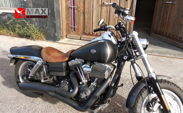 Harley Davidson Fat Bob. Integral en vinilo negro cepillado